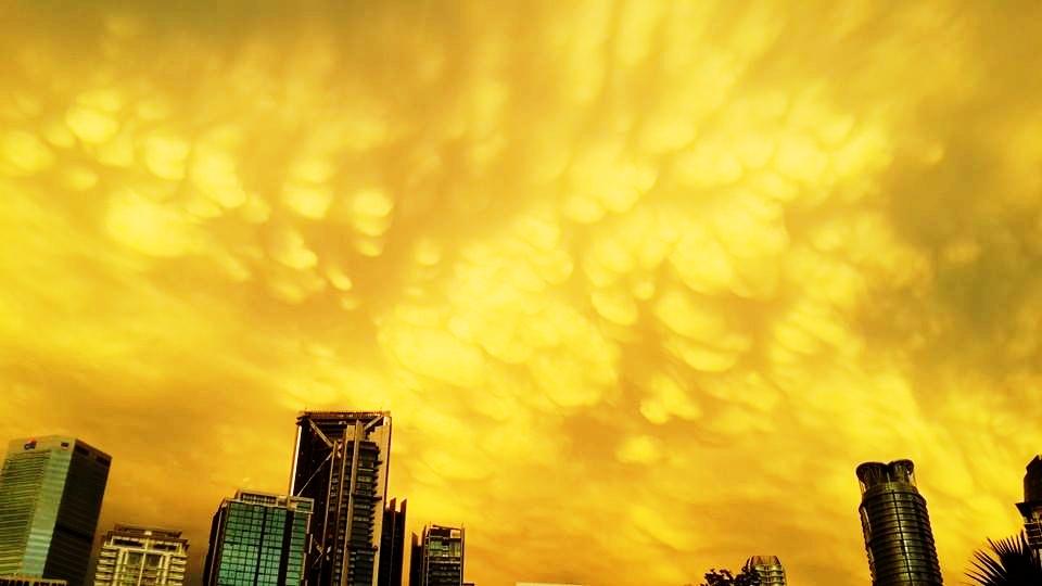 Arrive in KL in time to observe these spectacular clouds. ถึงกัวลาลัมเปอร์ทันชมเจ้าเมฆสวยงามเหล่านี้